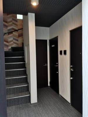 スタイリッシュでキレイな廊下です。 - Hikario新宿 ワークスペース 302の入口の写真