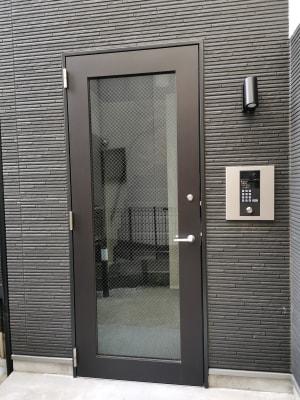 シンプルモダンなオートロック式エントランスドアです。 - Hikario新宿 ワークスペース 302の入口の写真