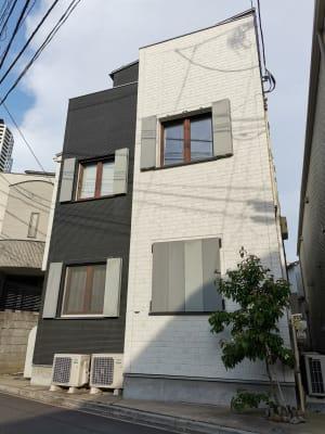 窓の外側の鎧戸は開閉可能です。 - Hikario新宿 ワークスペース 302の外観の写真