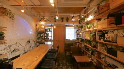 配信バーSHIBUYA+BAr 渋谷の小さな秘密基地空間の室内の写真