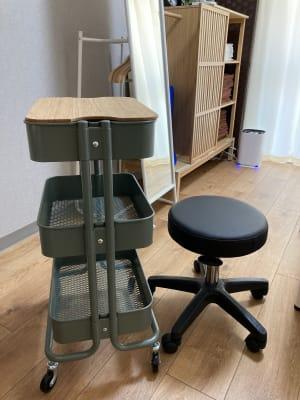 鍼灸施術などに役立つカートとスツール - simple阿佐ヶ谷 施術専用レンタルサロンの設備の写真