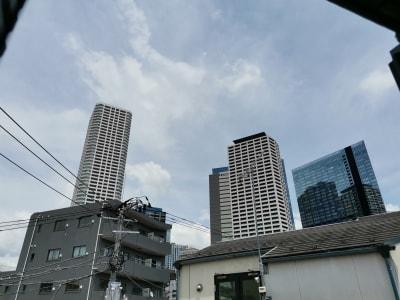 窓からは西新宿のタワーマンションが近くに見えます。 - Hikario新宿 ワークスペース301の室内の写真