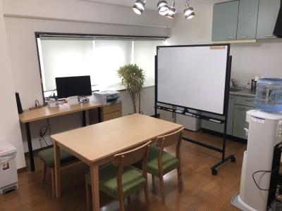 作業できる部屋になります。4人まで座れます。 - noma レンタルジム/サロン nomaの室内の写真