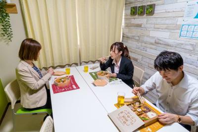 ランチにお弁当持ち込み出来ます(^^♪ - 市川駅前としょかんのうらいちかわ 市川駅前レンタルスペース・会議室の室内の写真