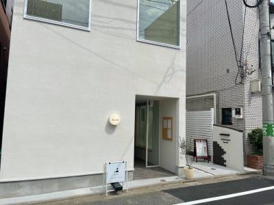 カフェ入口からお入りいただき、入ってすぐ左手の階段で2階にお上がりください。 - KALM尾山台 カフェ2階のレンタルスペースの入口の写真