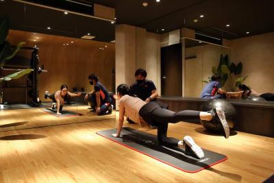 【完全個室】約20平米の広々ゆったりと落ち着いた雰囲気の中で、トレーニングに集中できます。 - パーソナルジムMOGAR トレーニングジムの室内の写真