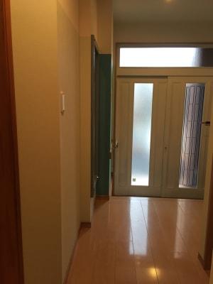 玄関のシューズボックスに収納いただければ、広々とした空間を演出できます - OneRoomstudio キッチン付き、レンタルスペースの室内の写真