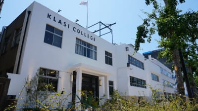 KLASI COLLEGEの入り口よりお入り頂き、受付スタッフにご予約のお名前をお伝えください。 - KLASI COLLEGE 屋上プライベートBBQスペース①の入口の写真