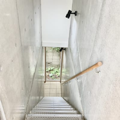 2階へ上がる階段部分です。コンクリートがいい感じ。 - KITCHEN & OFFICE 原宿店の室内の写真