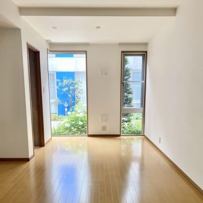 大きな窓が2つあります。 自然光抜群。 - KITCHEN & OFFICE 原宿店の室内の写真