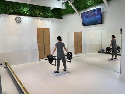 フリースペースは5m×4.5mの広さに厚さ5cmのマットが敷いていますのでとても快適です。 - setup鍼灸院 トレーニング・ヨガスペースの室内の写真