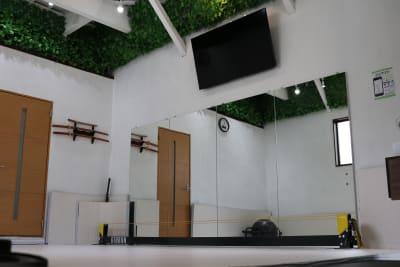縦1.8m横3.6mの鏡と55インチのTVとDVDプレーヤー - setup鍼灸院 トレーニング・ヨガスペースの設備の写真
