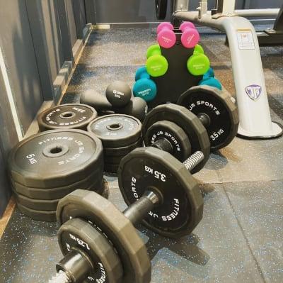 ダンベル片手20kg 2セット 1kg×2個 2kg×2Ⅲ 3kg×2個 - setup鍼灸院 トレーニング・ヨガスペースの設備の写真