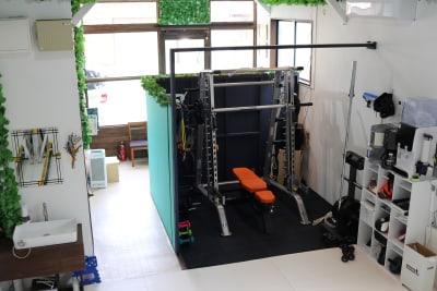 TUFFSTUFF(タフスタッフ) ベーシックスミスハーフケージ CSM-600 ウエイト最大115kg オリンピックバー1本 - setup鍼灸院 トレーニング・ヨガスペースの設備の写真