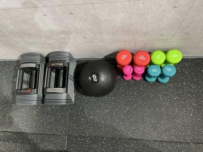 5~26kg可変式ダンベル、1~4kgダンベルセット、5kg メディシンボール - WHITEGYM池袋店の設備の写真