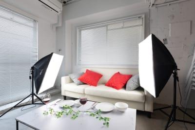 撮影用のソフトボックスも無料でご利用いただけます。 - feel 浅草 レンタルスペースの室内の写真