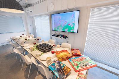 パーティー用の様々な設備、用品、グッズを取り揃えております。 - feel 浅草 レンタルスペースの室内の写真