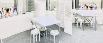 2つのブースを分けてのレイアウト - 馬喰町base サロンスペース、動画撮影スペースの室内の写真