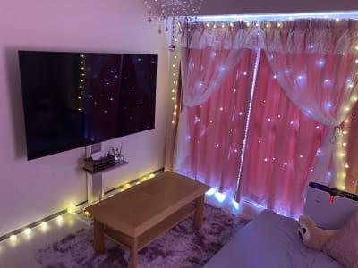 地域最大級65インチのTVモニターで臨場感あふれる映画やライブ鑑賞をお楽しみ下さい! - レンタルスペース クオッカ スペースQuokka(クオッカ)の室内の写真