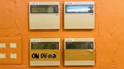 空調は、受付横にあります。ご自由にお使いください - ドットカラーダンススタジオ Bスタジオの設備の写真
