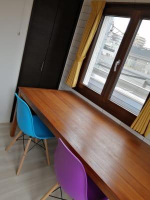 ワーキング用の机は広々しています。 - Hikario新宿 ワークスペース301の室内の写真
