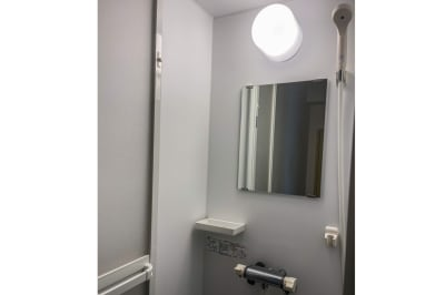 メイスントレーニングスタジオ目白 大きな鏡のあるスタジオスペースの室内の写真