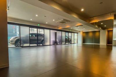 広々56平米のダンススペースです! - メイスントレーニングスタジオ目白 大きな鏡のあるスタジオスペースの室内の写真