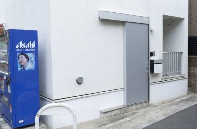 向かって右側が101の入り口になります。引きドアなので、ゆっくり引いて下さい。 - アールズ101 アールズ101レンタルスペースの室内の写真