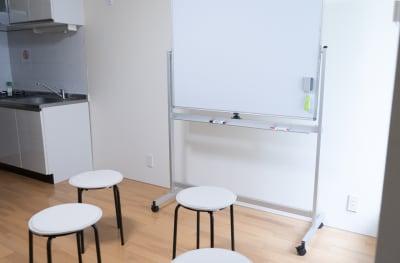 通常の椅子が4つ。補助椅子が4つあります。 - アールズ101 アールズ101レンタルスペースの室内の写真
