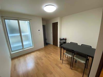 フローリングで清潔感のある部屋です。窓がありますので、換気をしながらお使いいただけます。極力気持ちよくお使い頂けるよう努力します。 - アールズ101 アールズ101レンタルスペースの室内の写真