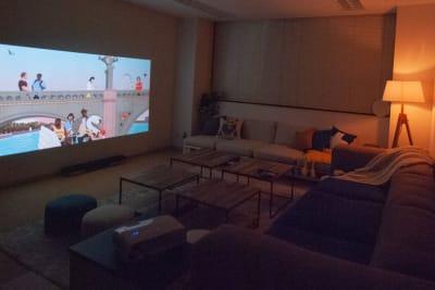 壁一面に写せるプロジェクター✨ 昼間でも電気を消せばしっかり映ります。 55インチのTVが小さく感じます👀 - FUN HOUR 新宿御苑 パーティールームの室内の写真