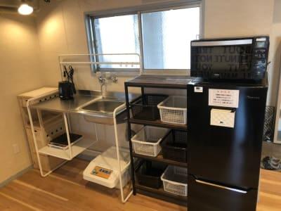 共用キッチン・冷蔵庫・レンジ・IHコンロ・ケトル等 - レンタルサロン ハコガシ A号室の設備の写真
