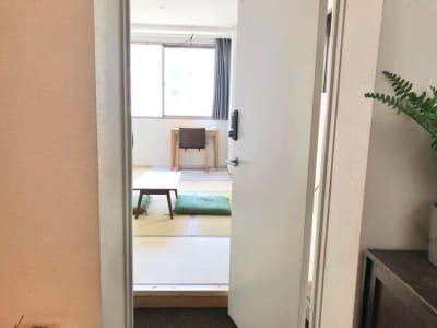 5階のお部屋です。 - ビーハイブホステル大阪 長堀橋駅徒歩4分!畳8畳の和室。の入口の写真