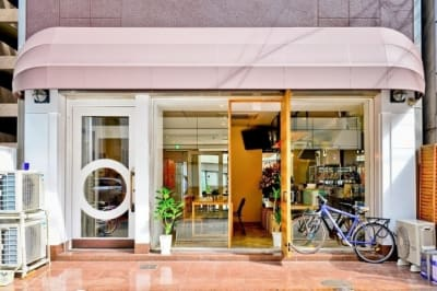 1階はカフェになっています。カフェでご注文いただきましたものをお部屋でご飲食していただくこともできます。 - ビーハイブホステル大阪 長堀橋駅徒歩4分!畳8畳の和室。の外観の写真