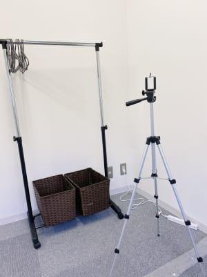 【無料貸出】撮影用三脚とハンガーラックもご用意しています♪゛ご自身のフォームチェック等にご利用ください! - レンタルスタジオMU'S ヨガスタジオMU'Sの設備の写真