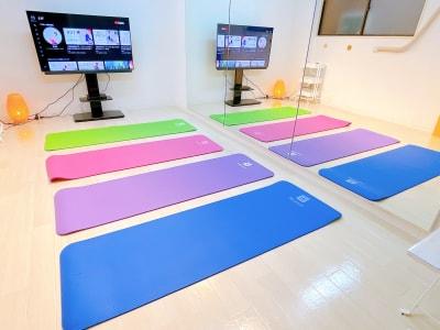 ヨガマット4枚並びます - レンタルスタジオ 吉祥寺OLI  レンタルスタジオ 吉祥寺OLIの室内の写真