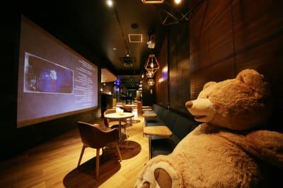 エントランス入口には巨大スクリーンが設置されています、休憩しながら映画や動画を楽しめます。 - 東邦オフィス福岡天神 東邦オフィス天神フィットネス③の室内の写真