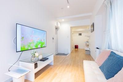 リビングではソファと大型テレビを用意しています。 ネットフリックスや任天堂スイッチ、ブルーレイも用意しています。 - feel 浅草 301レンタルルームの室内の写真