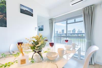 白を基調としたスタイリッシュなお部屋です。 隅田川が真横にあり、景色は絶景、2020年にフルリノベーションした物件です。 - feel 浅草 301レンタルルームの室内の写真