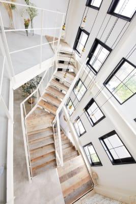 写真映えのする吹き抜けの階段 - 表参道NYスタイルスタジオ 表参道NY風1棟レンタルスタジオの室内の写真