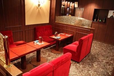 重厚感あるテーブルセットです。談話や作業など、落ち着いた空間となります。 - 「エクセレントレニー」 多目的スペースの室内の写真