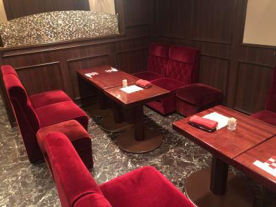 テーブルは紫檀の無垢板使用です。くつろぎながらも、仕事にも集中できるのです。 - 「エクセレントレニー」 多目的スペースの室内の写真