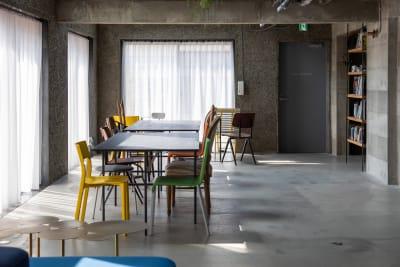 全館の窓はすべて同じサイズ。カーテンは替えもご用意しております。カラーも自由に交換できます。 - Blend Studio スタジオ撮影6~7時間プランの室内の写真