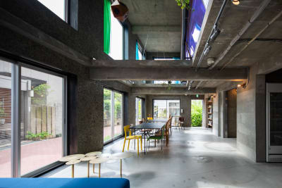 東側の壁一面が窓になっている自然光たっぷりのぜいたくな空間。 - Blend Studio スタジオ撮影6~7時間プランの室内の写真