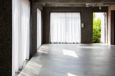 2017年にホテルとして建築され、2021年一棟貸切のハウススタジオにコンバージョンしました。 - Blend Studio スタジオ撮影8~9時間プランの室内の写真