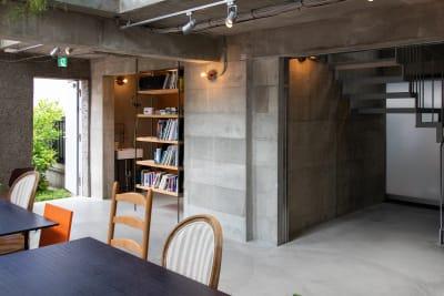 ラウンジフロア コンクリート壁の撮影にも、 - Blend Studio スタジオ撮影8~9時間プランの室内の写真