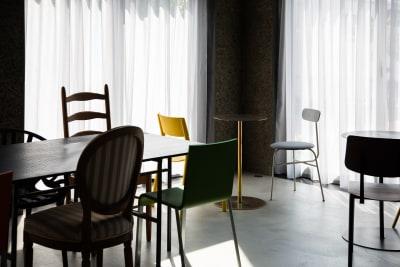 ラウンジフロア 替え用の白色(グレー系)のカーテンも数枚ご用意しています。 - Blend Studio スタジオ撮影10~12時間プランの室内の写真