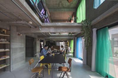 東側の壁一面が窓になっている自然光たっぷりのぜいたくな空間。 - Blend Studio スタジオ撮影10~12時間プランの室内の写真