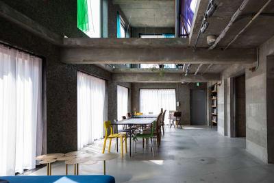 全館の窓はすべて同じサイズ。カーテンは替えもご用意しております。カラーも自由に交換できます。 - Blend Studio スタジオ撮影10~12時間プランの室内の写真