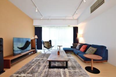 ウォールナット家具を軸とした北欧スタイルのリビング - 六本木デザイナーズハウススタジオの室内の写真